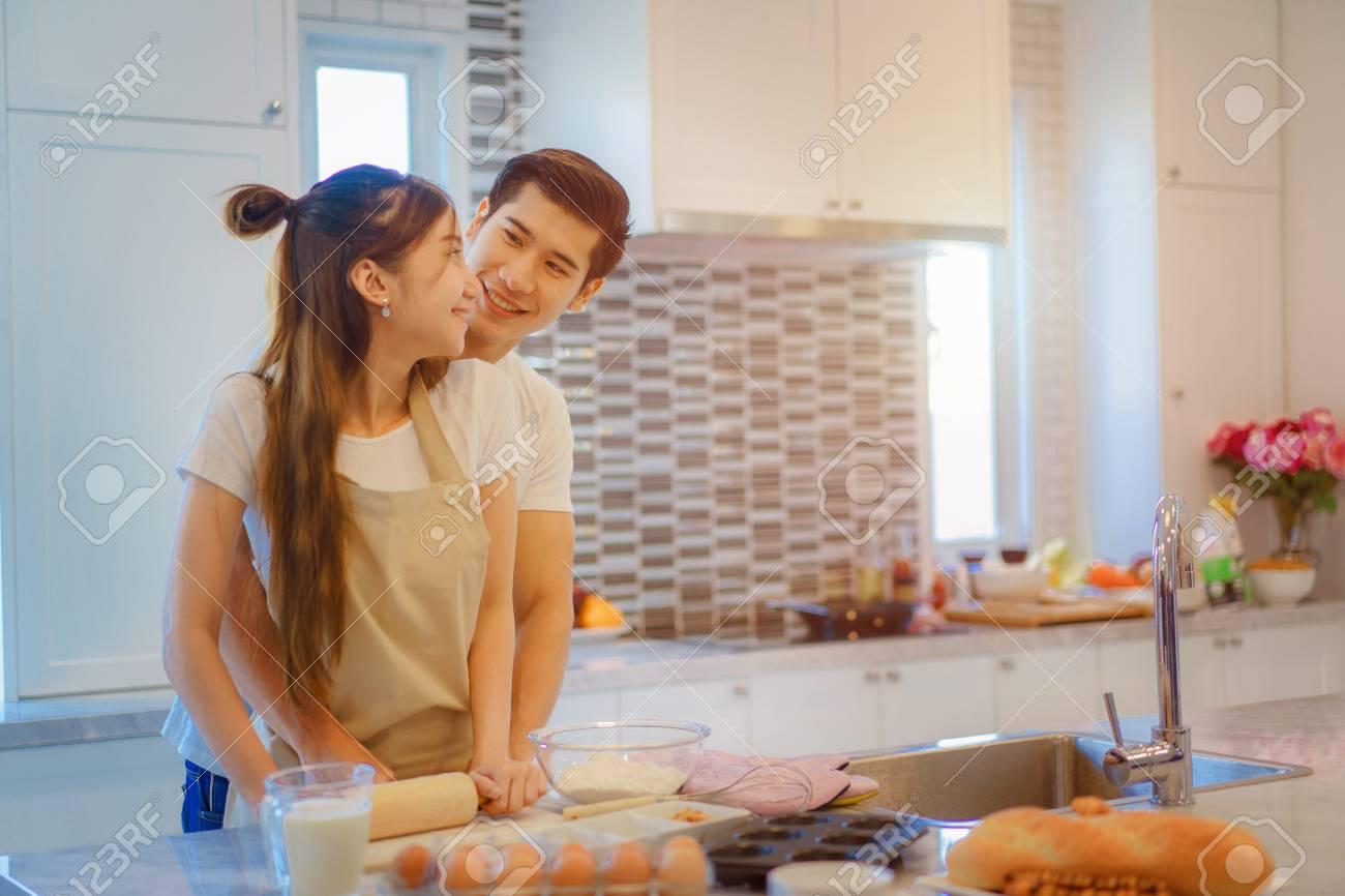 couple amoureux profiter ensemble cuisine dans la cuisine a domicile joignant preparer de la nourriture ensemble pour l anniversaire et la