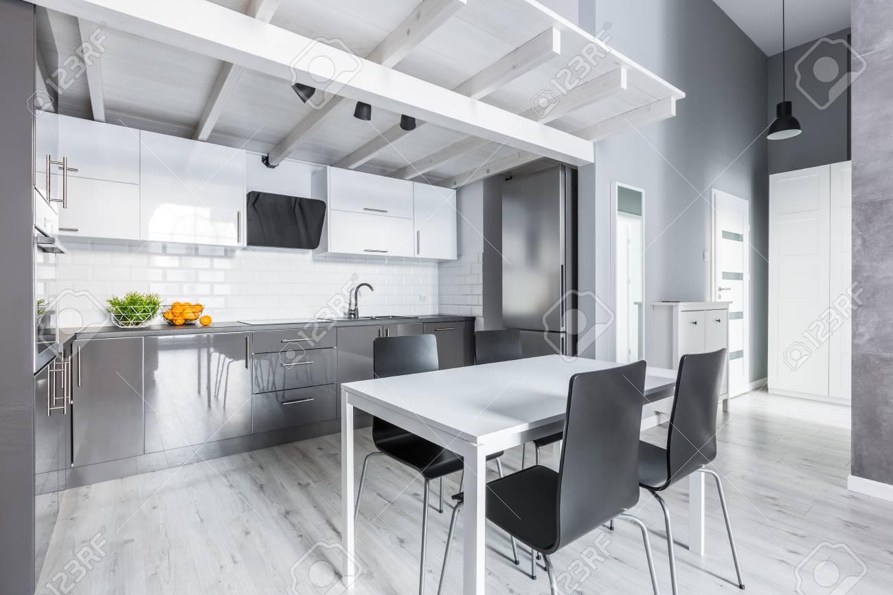 cuisine grise avec table a manger blanche et chaises noires banque d images et photos libres de droits image 81421317