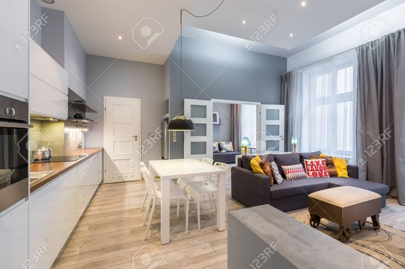 Moderne Wohnzimmer Mit Offener Kuche Blick Auf Kuche Und