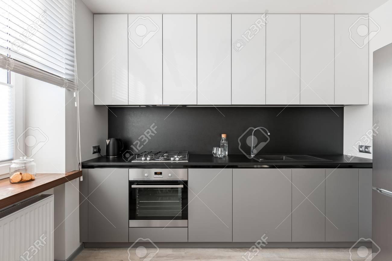 interieur moderne et elegant avec plan de travail noir meuble de cuisine gris et blanc banque d images et photos libres de droits image 97861641