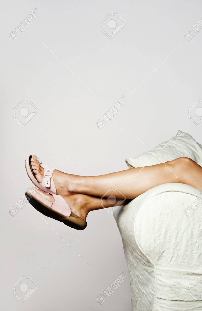 banque d images femme couchee sur le canape avec l accent mis sur les jambes