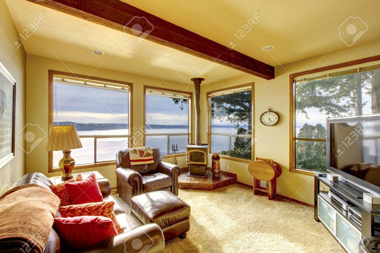 petit salon cosy avec vue sur la television et de l eau