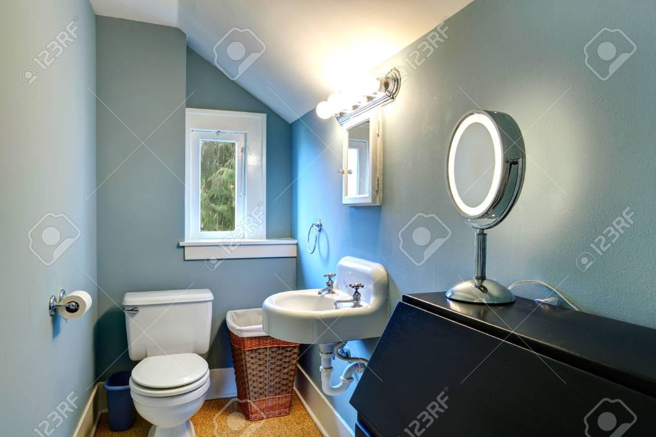 Petite Salle De Bains Avec Mur Bleu Plafond Voute Blanc Et Le Sol Jaune Banque D Images Et Photos Libres De Droits Image 25561271