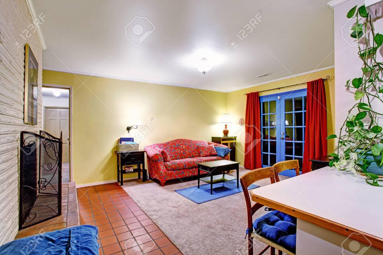 Soggiorno giallo blu rosso modellato divano e poltrona in