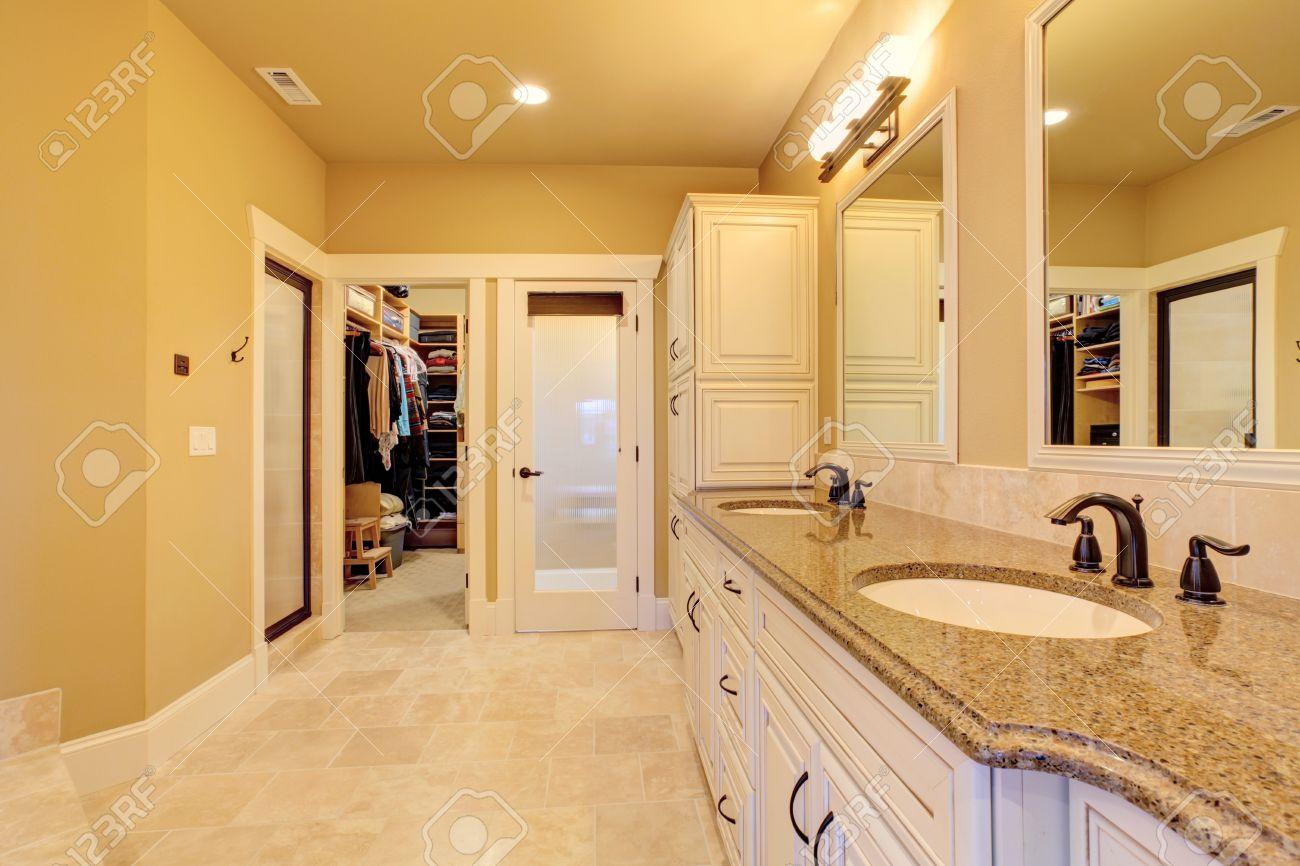 interieur ivoire souple avec salle de bains carrelage et walk in banque d images et photos libres de droits image 29735287