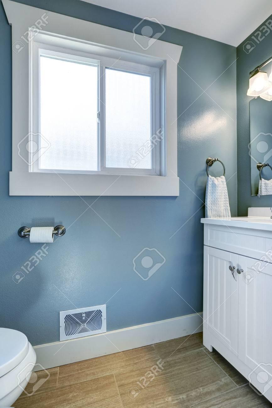 salle de bain bleu clair avec fenetre et armoire blanc banque d images et photos libres de droits image 30091261