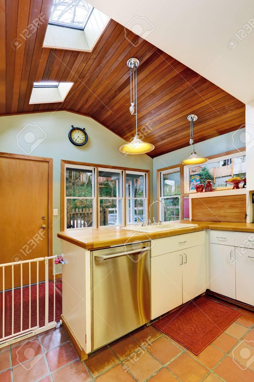 https fr 123rf com photo 30282794 int c3 a9rieur de cuisine avec carrelage au sol des armoires blanches et des appareils en acier vue de l 39 html