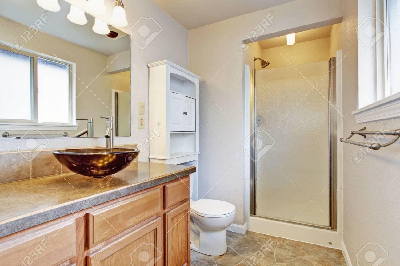 interieur salle de bain avec porte vitree douche vanite en bois avec vasque et meuble de rangement blanc banque d images et photos libres de droits image 30322363