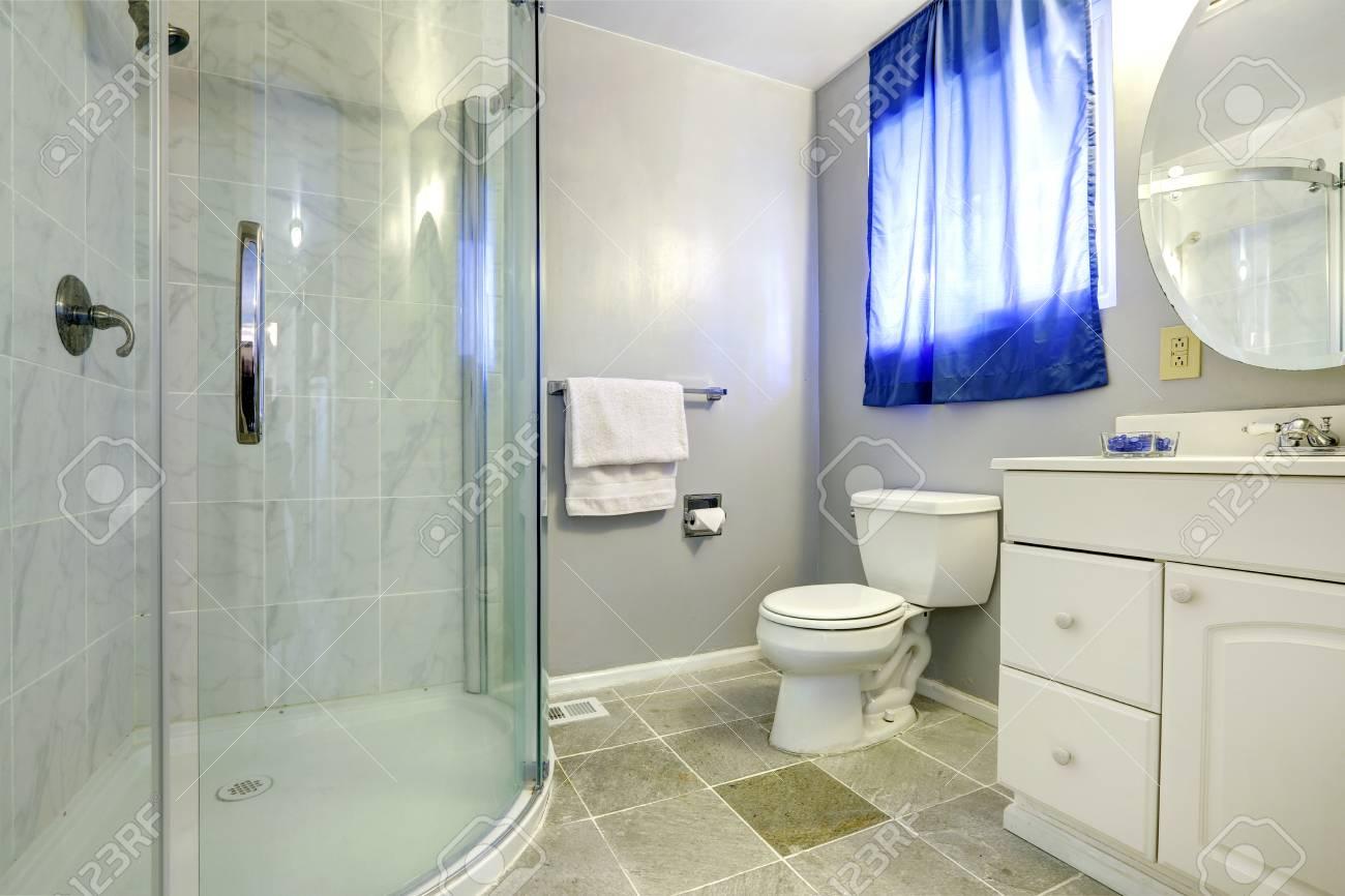 https fr 123rf com photo 30761197 int c3 a9rieur salle de bain avec douche porte vitr c3 a9e et blanc meuble lavabo html
