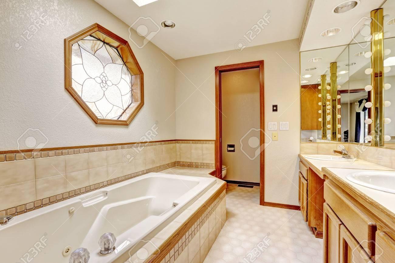 interieur de salle de bains d ivoire avec garniture miriror et carrelage mural vue de nouvelle baignoire banque d images et photos libres de droits image 30930740