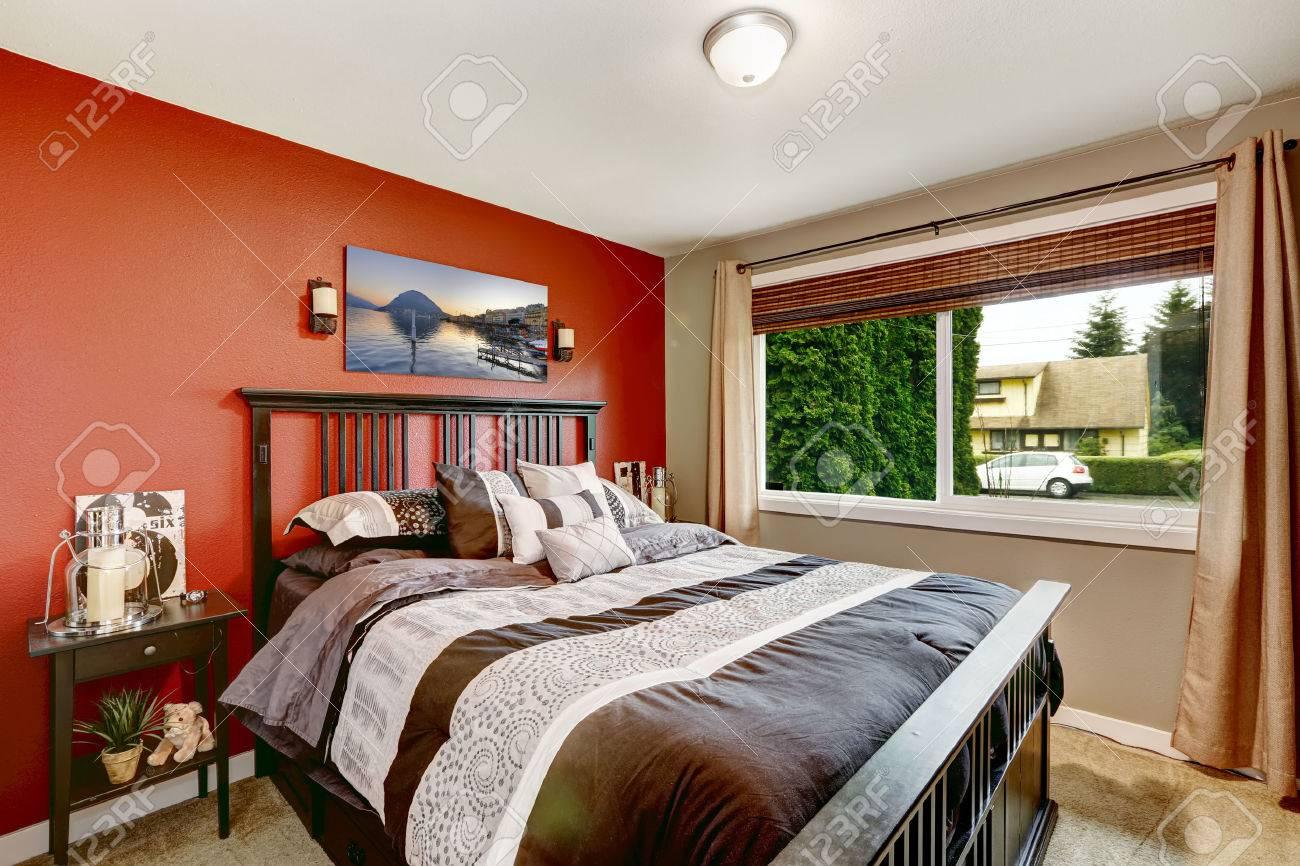 interieur de chambre lumineuse avec mur rouge et noir lit moderne