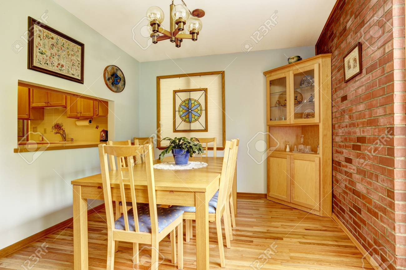 salle a manger avec mur de brique et meuble d angle en bois banque d images et photos libres de droits image 32039501