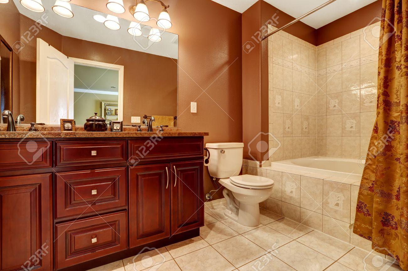 salle de bain de couleur brun avec carreaux de faience beige meuble en bois moderne avec comptoir en granit et miroir banque d images et photos libres de droits image 32040156