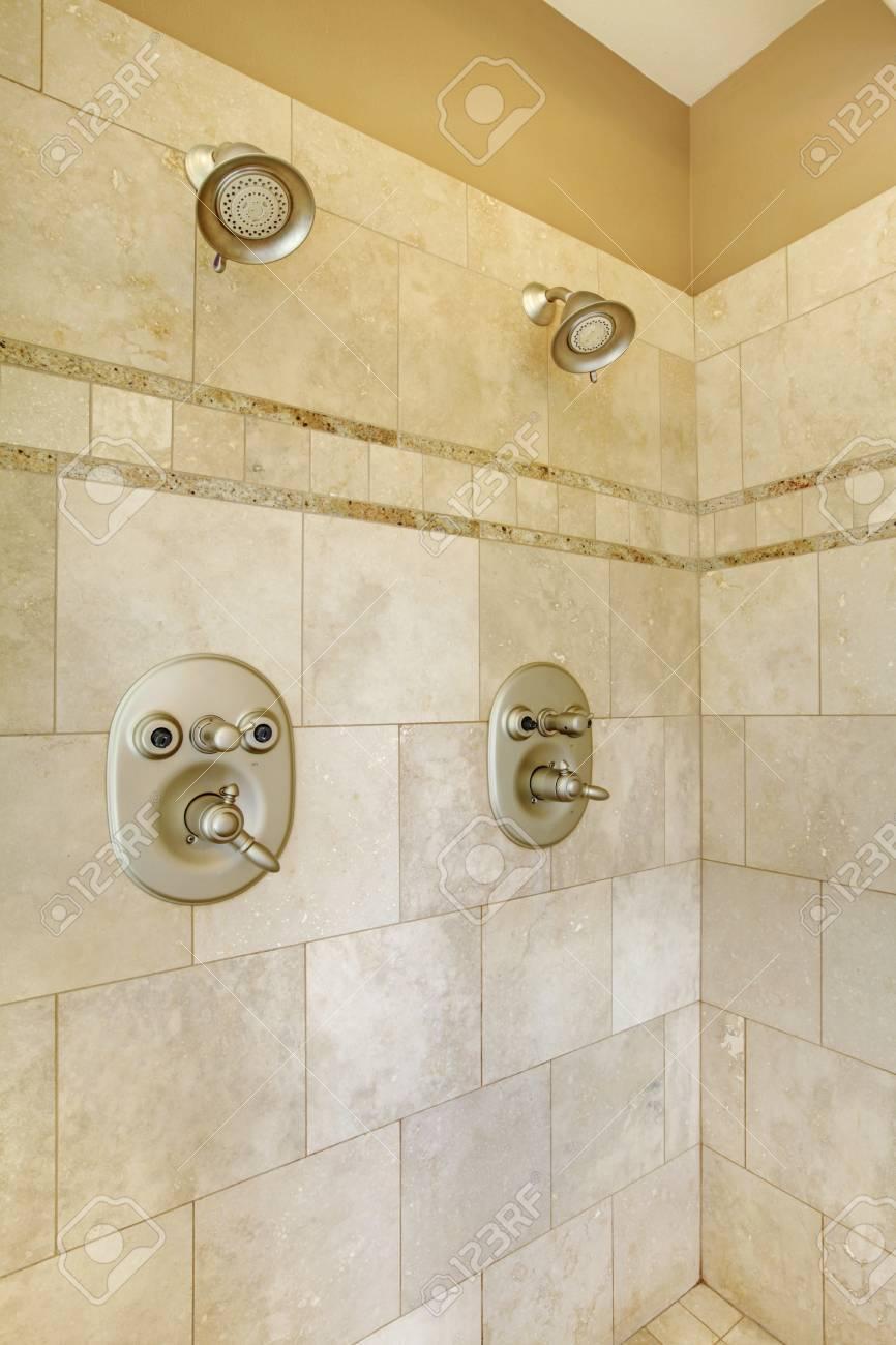 nouvelle promenade moderne dans la douche avec carrelage beige et deux tetes banque d images et photos libres de droits image 59363283