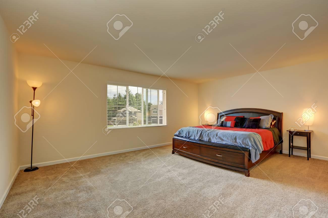 grand interieur de chambre beige lit en bois avec tiroirs et literie rouge et bleu nord ouest des etats unis banque d images et photos libres de droits image 61649048