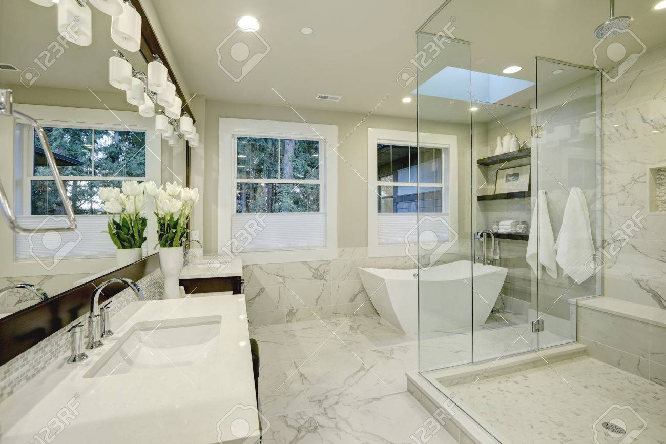 Erstaunlich Weißen Und ... Elegante Badezimmer Mit Großen Begehbaren Dusche  ...