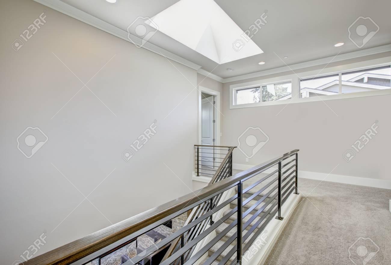 l atterrissage au deuxieme etage dans les tons gris clair comporte le puits de lumiere au dessus de l escalier avec les mains courantes horizontales en metal northwest etats unis banque d images et photos libres de