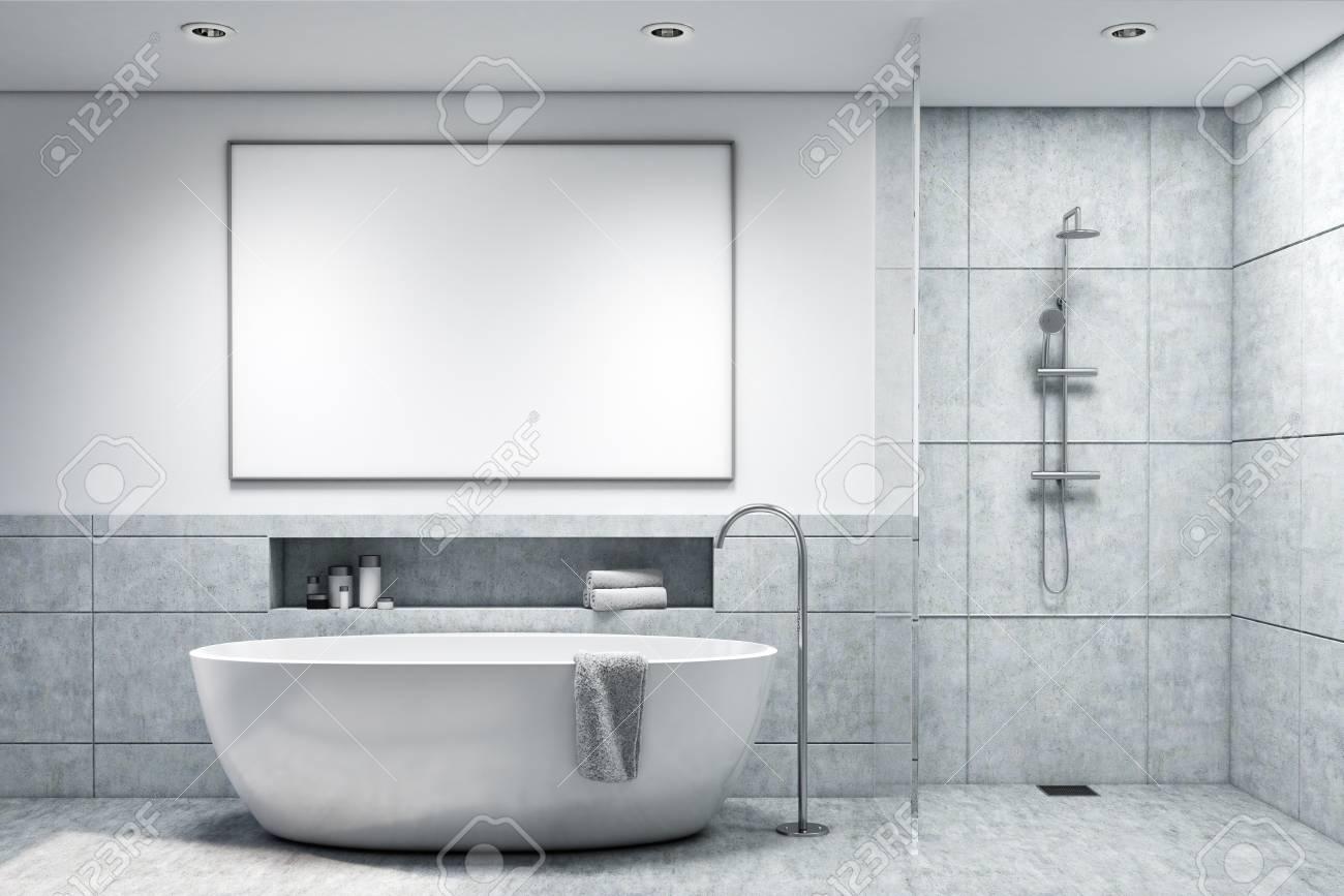 interieur de salle de bains en carrelage gris clair avec une baignoire blanche et une affiche suspendue au dessus concept d hygiene et de soins de