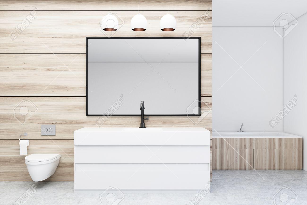 interieur moderne de salle de bain avec murs en bois et blanc sol en beton evier baignoire en bois et toilettes grand miroir horizontal la