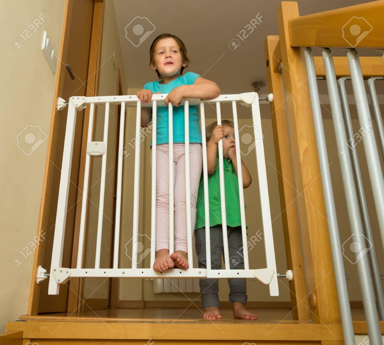 deux petites s urs sourire heureux pres de barriere d escalier a la maison banque d images et photos libres de droits image 39423245
