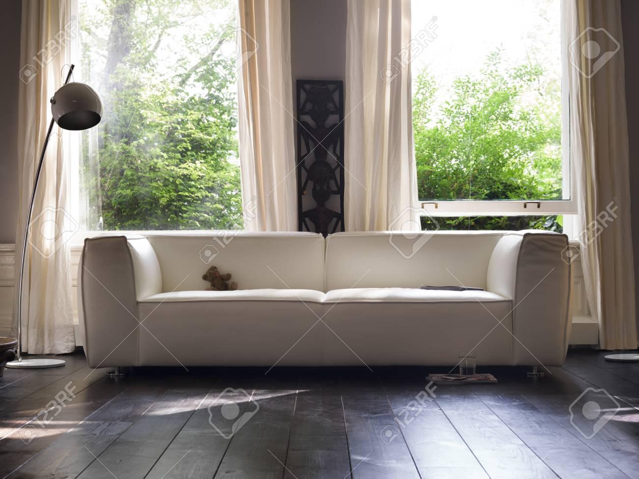salon avec canape elegant devant une fenetre