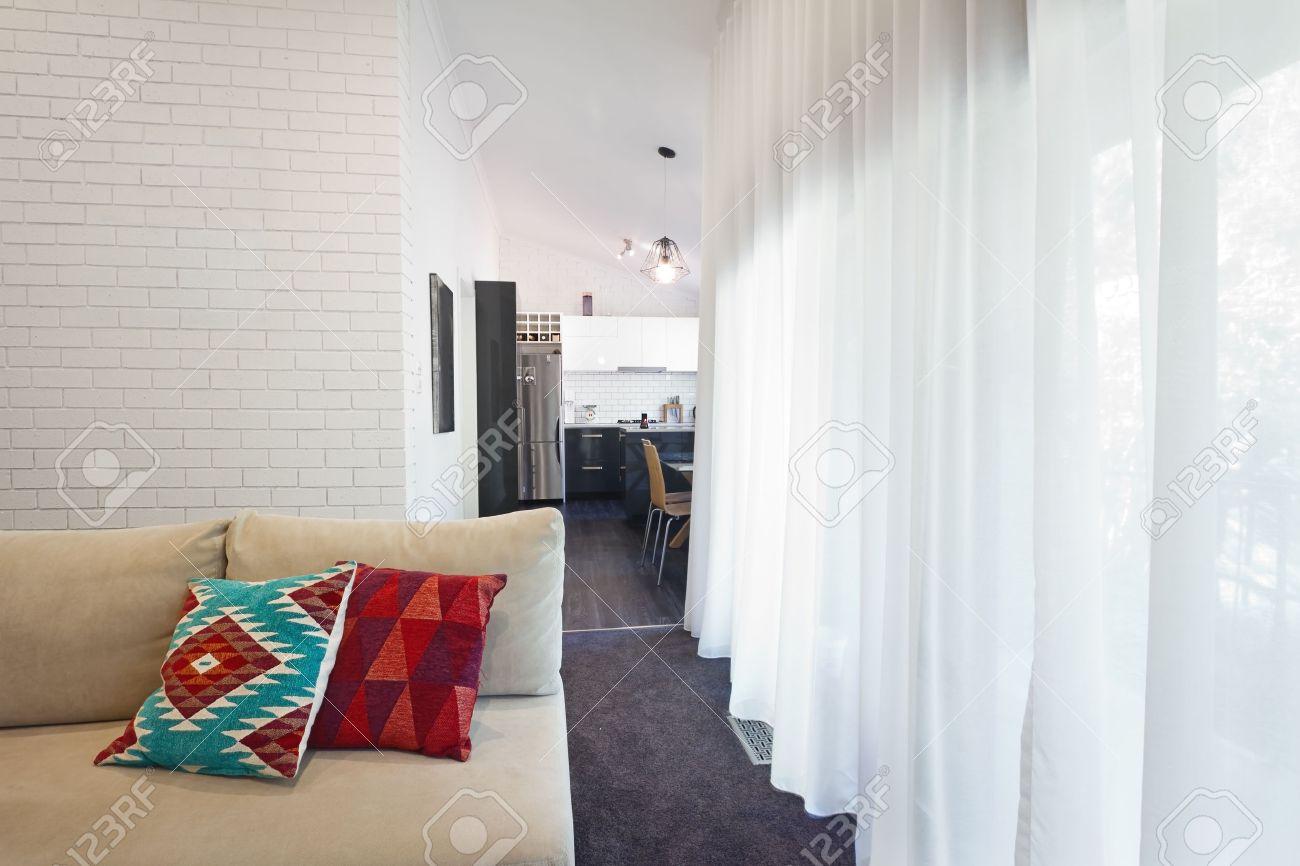 salon moderne coussins du canape et voilages horizontaux