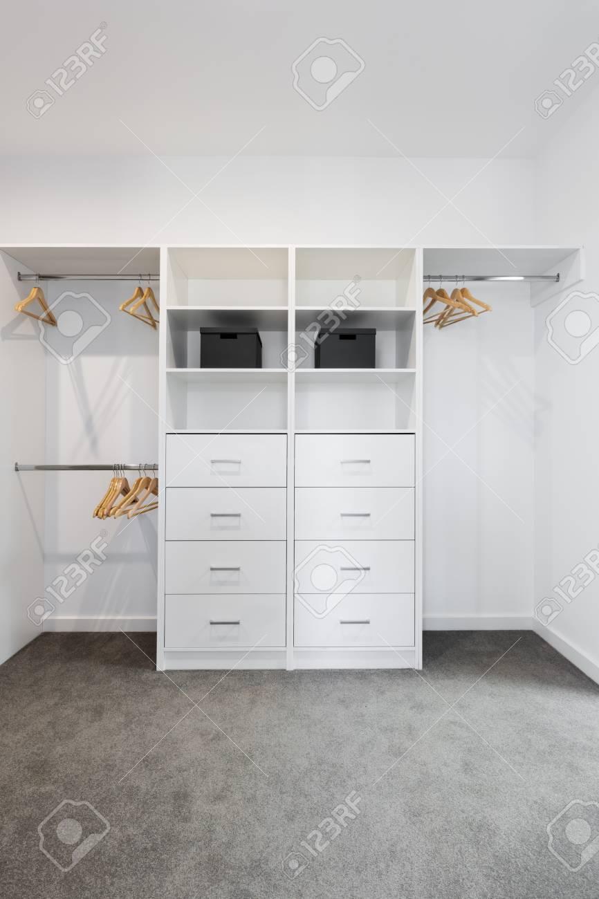 blanc amenage en rangement dans une grande armoire banque d images et photos libres de droits image 75761265