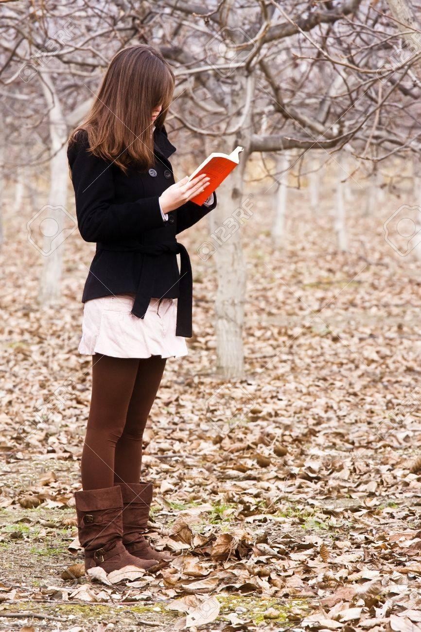 Femme Qui Lit Un Livre : femme, livre, Méconnaissable, Jeune, Femme, Livre, Forêt., Banque, D'Images, Photos, Libres, Droits., Image, 4123759.