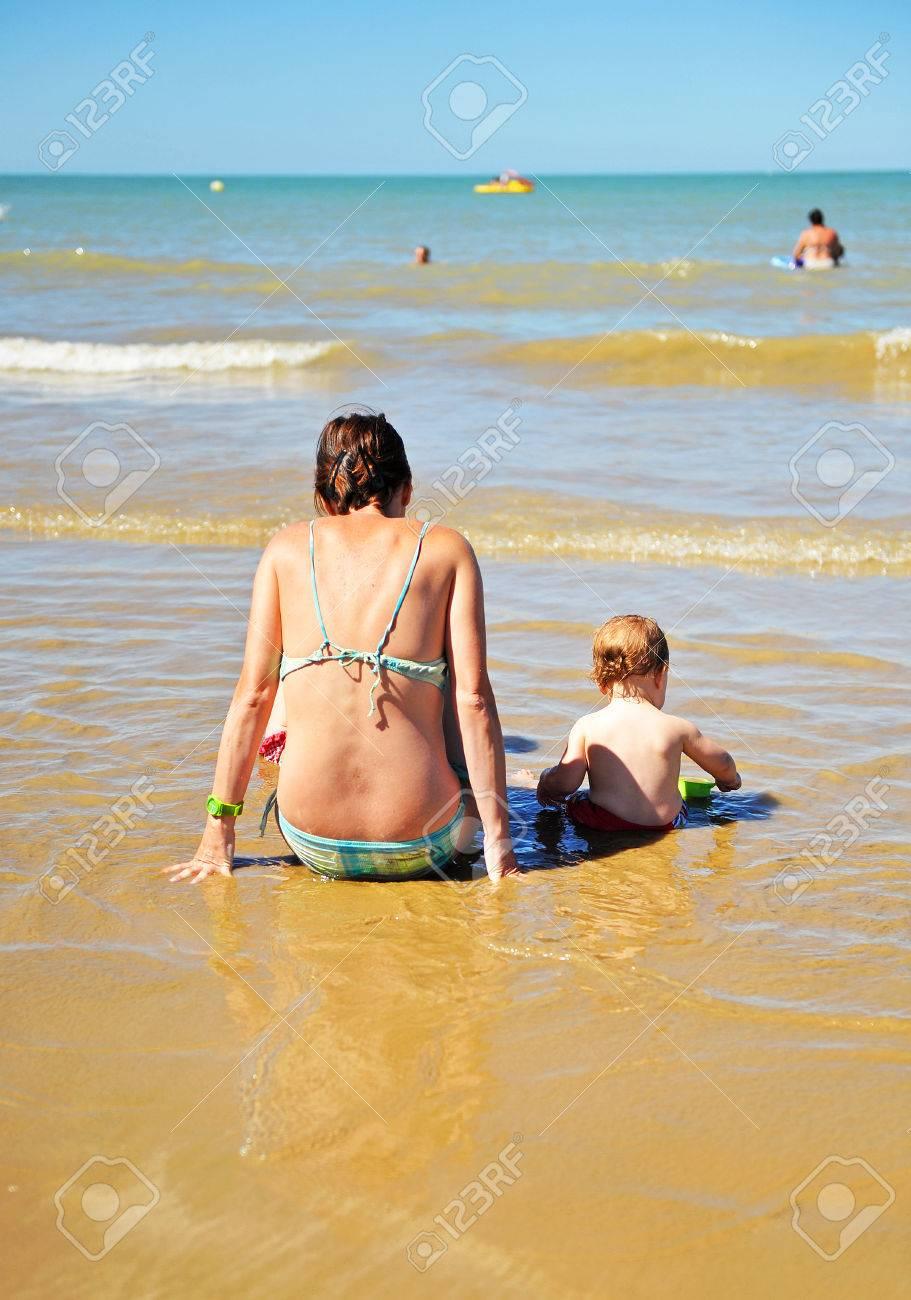 La Plage Et Le Bord De Mer : plage, Mère, Enfant, Plage,, Plage, Chipiona,, Andalousie,, Espagne, Banque, D'Images, Photos, Libres, Droits., Image, 43177725.