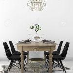 Serviert Vintage Holz Esstisch Mit Den Modernen Schwarzen Stuhlen Kombiniert Und Einem Kronleuchter Aus Messing Lizenzfreie Fotos Bilder Und Stock Fotografie Image 55483933