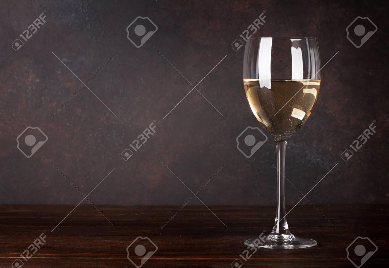 verre a vin blanc devant le mur du tableau noir avec un espace de copie pour votre texte banque d images et photos libres de droits image 94453630