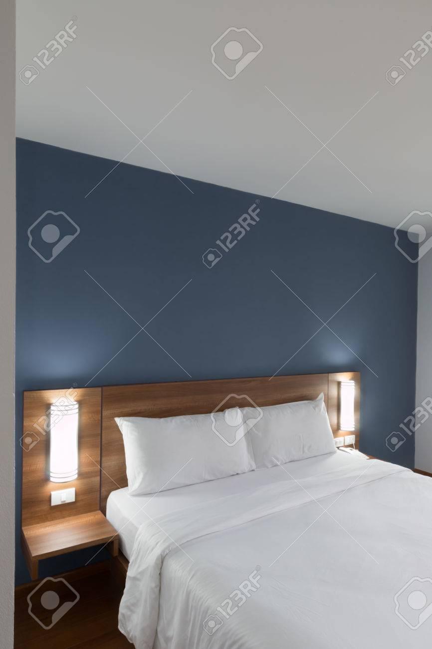 lit double avec tete de lit en bois banque d images et photos libres de droits image 70742863