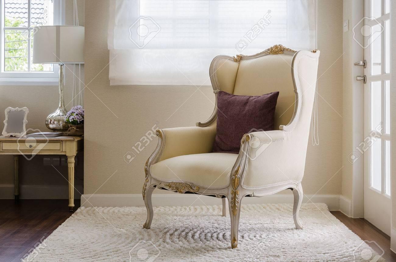 le style de la chaise classique sur le tapis dans la chambre a la maison