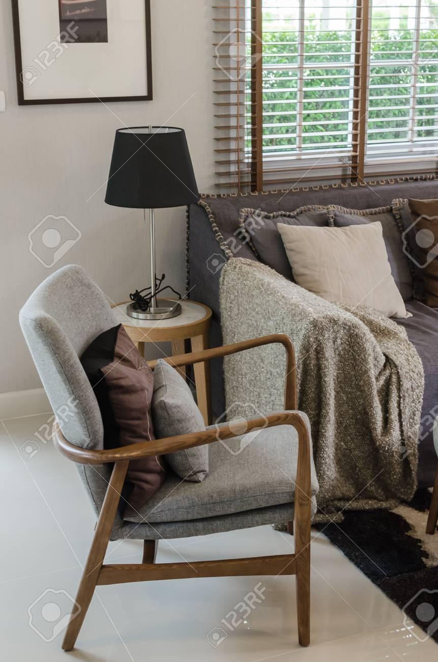 https fr 123rf com photo 34890598 chaise en bois moderne avec un oreiller dans le salon moderne c3 a0 la maison html