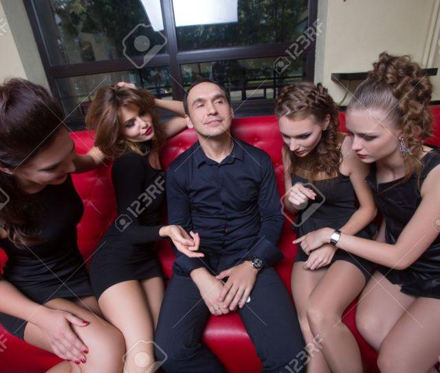 Foto De Archivo Retrato De Hombre Sexy Lovelace Rodeado De Mujeres Calientes Que Quieran De La Propuesta De El