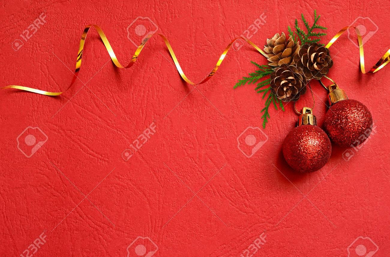Decorazioni Di Natale Con Nastro Dorato Su Sfondo Di Carta Rossa Per Biglietto Di Auguri Distesi Vista Dallalto