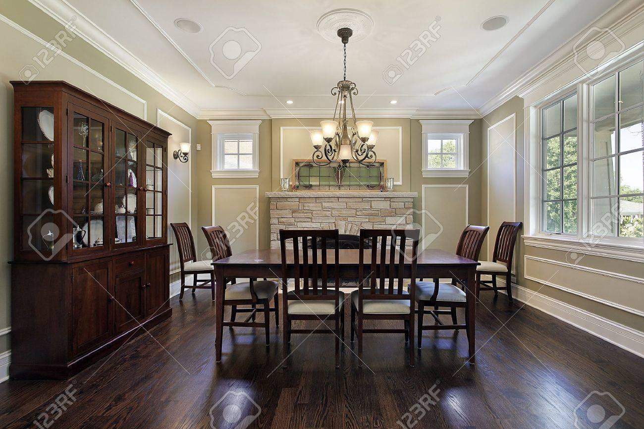 salle a manger dans la maison de luxe avec cheminee en pierre