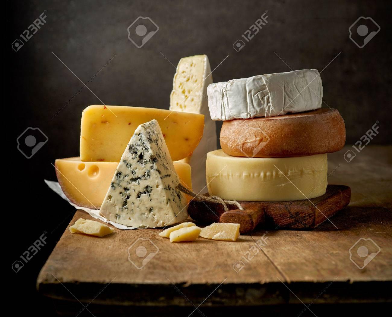 differents types de fromage sur la table en bois rustique