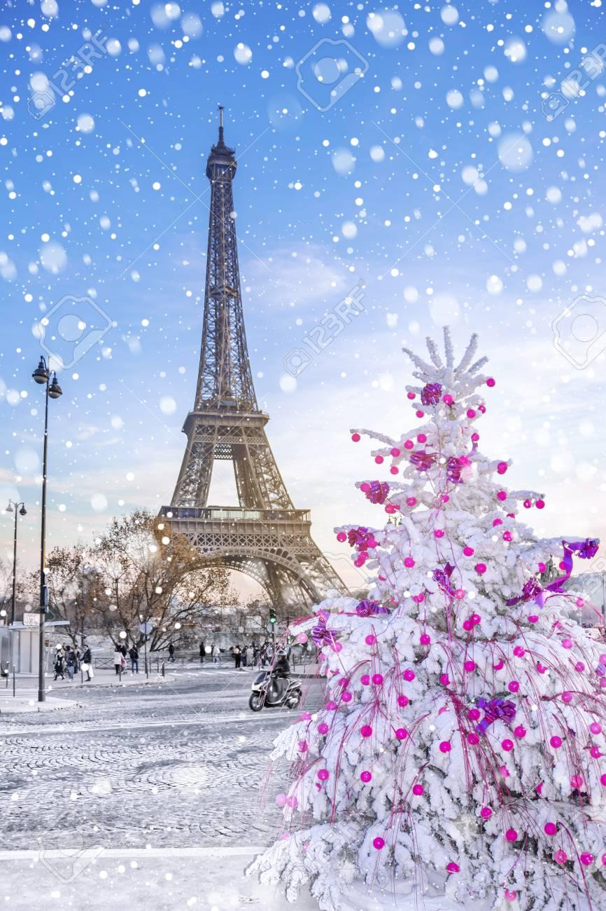 ✓ gratuiti a scopo commerciale ✓ immagini di alta. Immagini Stock La Torre Eiffel E L Attrazione Principale Di Parigi Sullo Sfondo Degli Alberi Di Natale Coperti Di Neve In Inverno Cartolina D Auguri Di Viaggio Da Parigi Con Amore Francia Image