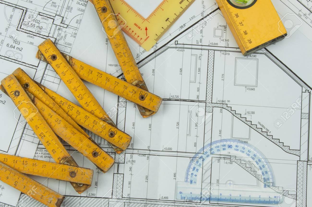 desk projektbetreuer die plane des gebaudes architekturprojekt grundriss auf der zeichnung gestalteten gebaude