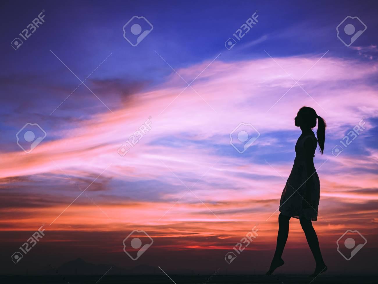 4c649fbf8a Silueta De Mujer Libre Disfrutando De Libertad Sintiéndose Feliz Al  Atardecer Mujer Relajante En Felicidad Pura