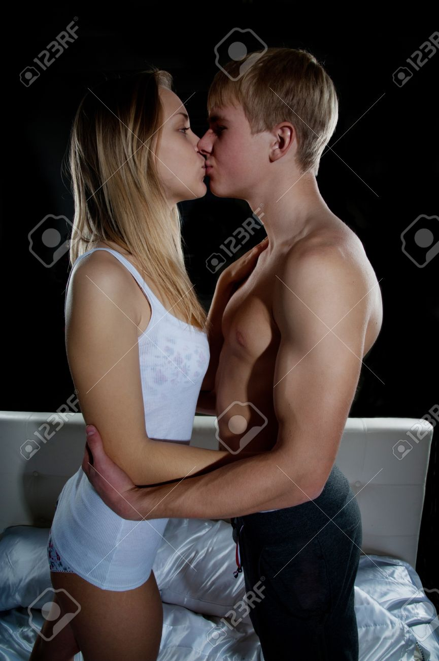 jeune fille et le garcon embrasser dans la chambre