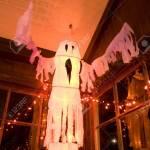 Flattert Weissen Ghost Halloween Dekoration Im Alten Zimmer Lizenzfreie Fotos Bilder Und Stock Fotografie Image 1962518