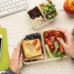 Gesunder Snack Am Arbeitsplatz Geschaftsfrau Die Veganes Lebensmittel Hat Um Am Supermarkt In Der Weissen Kuche Zu Hause Mit Tablet Computer Und Smartphone Zu Geben Lizenzfreie Fotos Bilder Und Stock