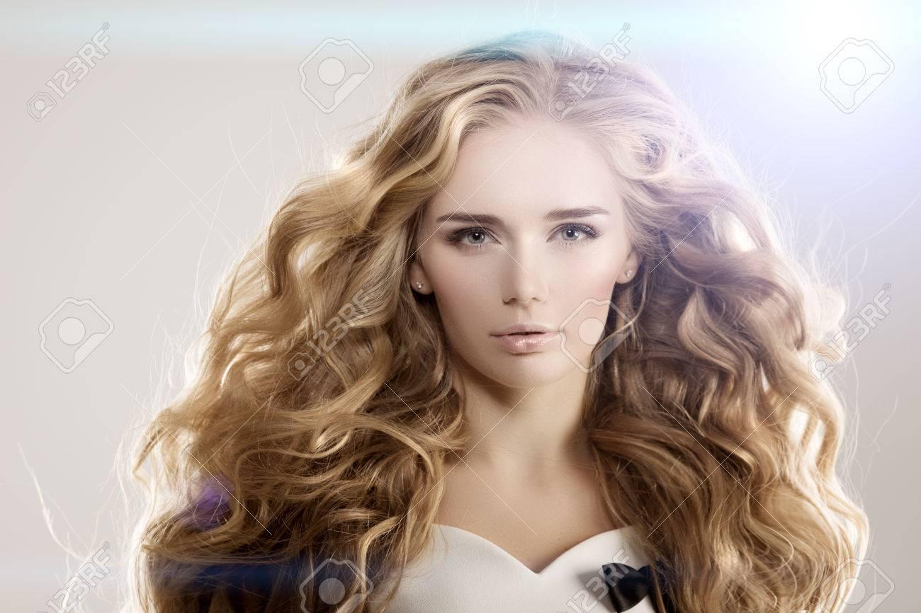 Modell Mit Langen Haaren Blonde Wellen Locken Frisur Hair Salon