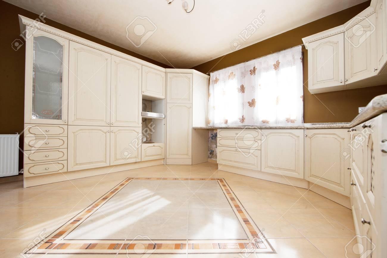 cuisine blanche et marron avec des fenetres blanche banque d images et photos libres de droits image 36380760