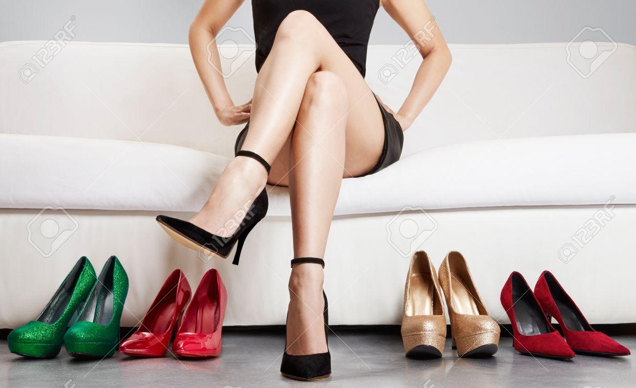 banque d images belle jambe d une femme assise sur le canape avec beaucoup de talons hauts