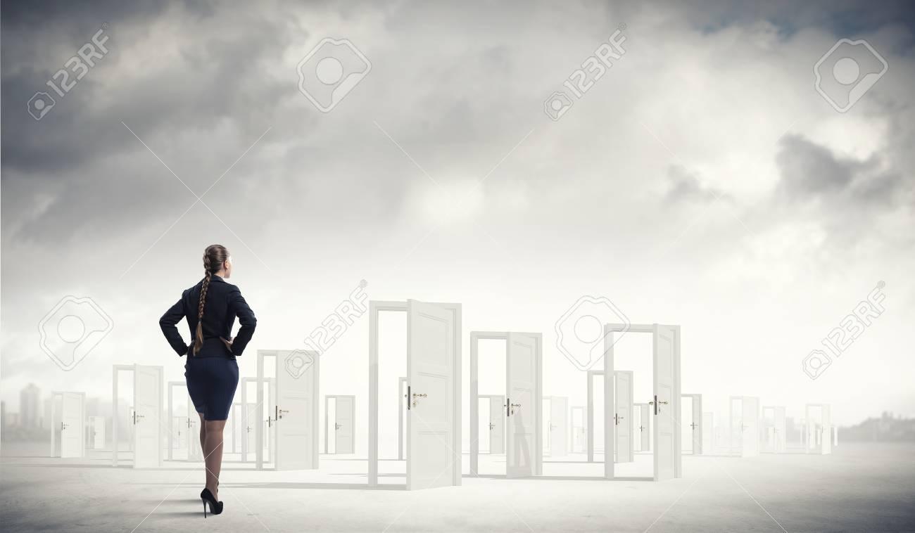 banque d images femme d affaires debout devant les portes ouvertes et prendre une decision