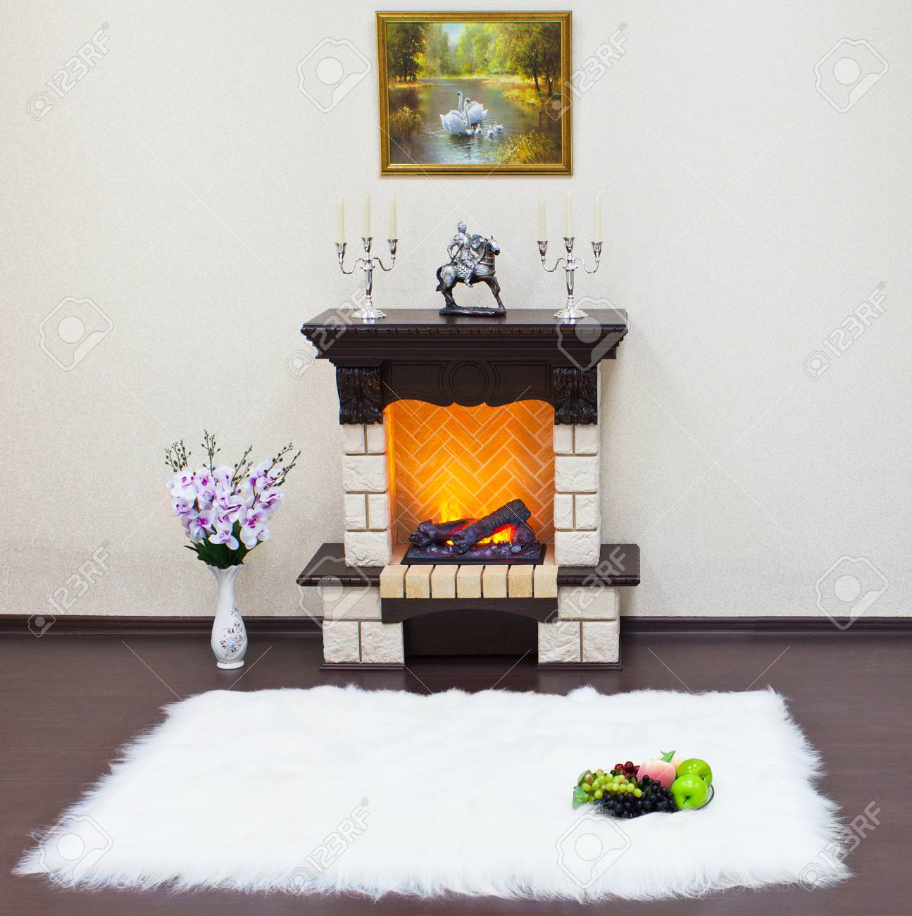 interieur du salon avec une cheminee et un tapis en fourrure blanche le feu dans la cheminee