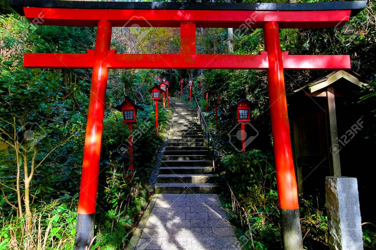 temple de nanzo in shingon un torii est une porte japonaise traditionnelle du temple de nanzoin a fukuoka banque d images et photos libres de droits image 72153816